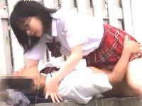 野外デートでどちらからともなくキスをするとそのままベンチの上で青姦エッチしちゃう大胆な高校生カップル erovideかわいいJK女子校生の制服無料エロ動画