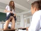 クラスメイトの男子をノーパンのアソコを見せながら教室で誘惑して食べちゃうギャルJKのセックス JavyNowかわいいJK女子校生の制服無料アダルト動画