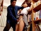 学校の図書館の本棚で無理やり襲われてチンチンを挿入されると嫌がりながらも潮まで吹いて感じちゃう敏感な美人女子生のセックス JavyNowかわいいJK女子校生の制服無料エロ動画