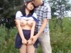 ちょいポチャBODYに爆乳オッパイの女子校生のセーラー服を脱がして草原で青姦セックス erovideoかわいいJK女子校生の制服無料エロ動画