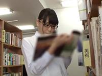 図書館で勉強してる真面目そうなメガネっ子JKを本棚の陰に隠れて強引にパコって中出しするリーマンおやじ JavyNowかわいいJK女子校生の制服無料エロ動画